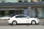 biały samochód podczas jazdy